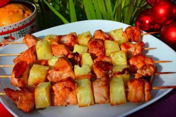 шашлык из курицы с ананасами на шпажках